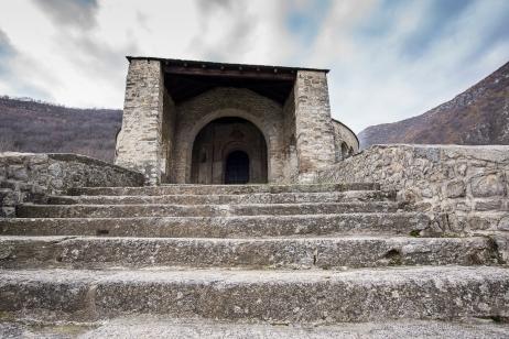 Abbazia romanica di San Pietro al Monte. Nikon D810, 14mm (14-24mm ƒ/2.8) 1/40sec ƒ/8 ISO 64