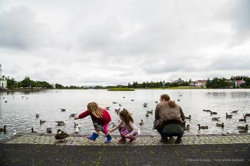 Children feeding the birds on Reykjavic Tjörnin (Pond). Nikon D810, 28.0mm (24-120.0mm ƒ/4.0) 1/250 sec ƒ/8 ISO 400
