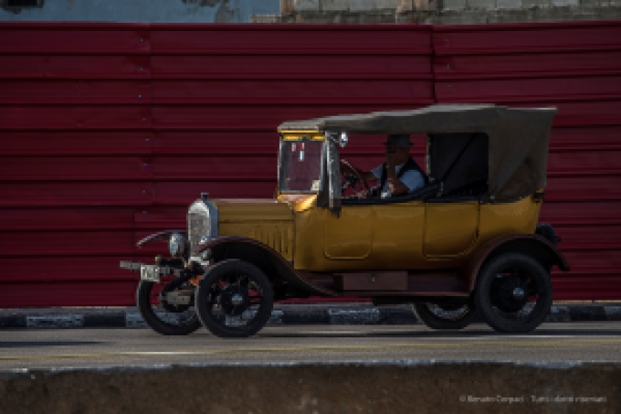 "Vintage cars are a distinctive feature of Cuba and l'Habana is a showcase of these outdated items. Nikon D750, 400 mm (80-400.0 mm ƒ/4.5-5.6) 1/320"" ƒ/10 ISO 100"