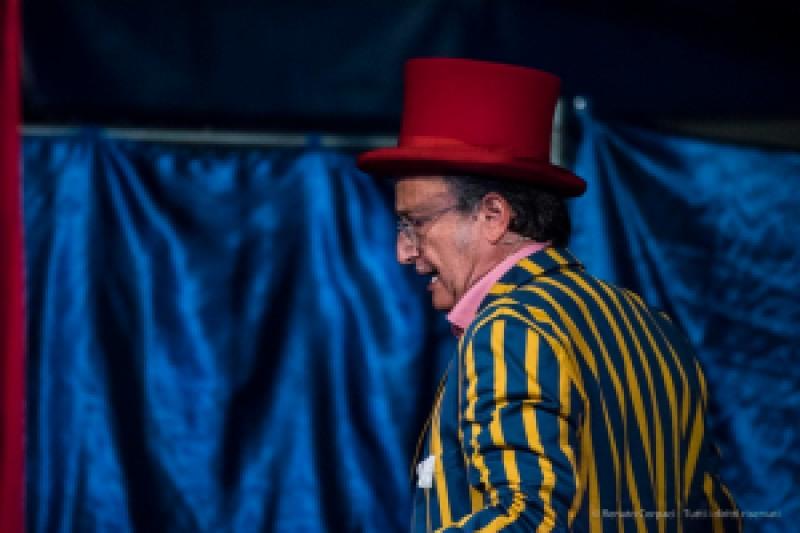 """Milano. Piccola scuola di circo. Spettacolo dei ragazzi delle scuole superiori. Nikon D750 400 mm (80-400.0 mm ƒ/4.5-5.6) 1/250"""" ƒ/5.6 ISO 6400"""