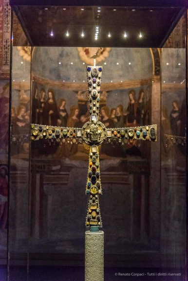 "Cross of the Lumbard king Desiderius. Cappella circolare di Santa Maria in Solario. Nikon D810, 62 mm (24-120.0 mm ƒ/4) 1/125"" ƒ/4 ISO 12800"