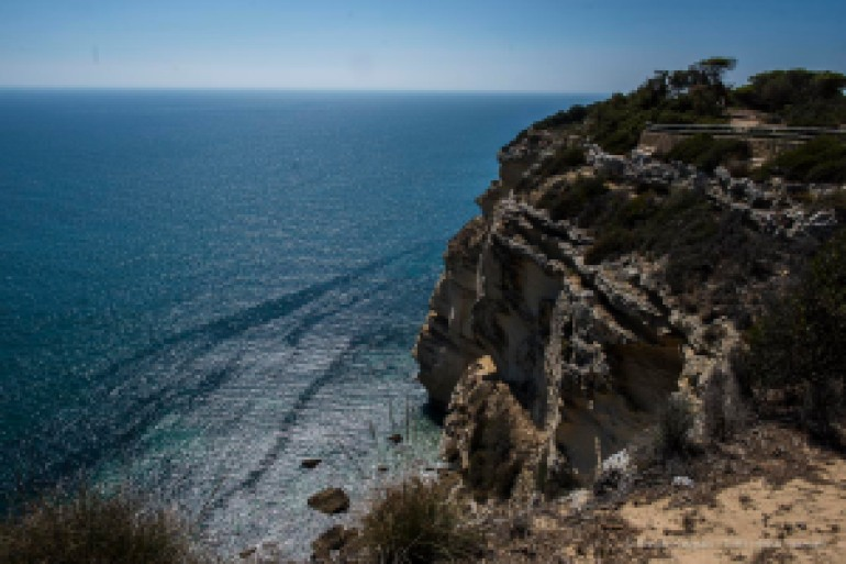 The cliffs at Los Caños de Meca. Out at sea, in theese waters in 1805, the famous battle of Trafalgar. Nikon D810 24 mm (24.0 mm ƒ/1.4) 1/400